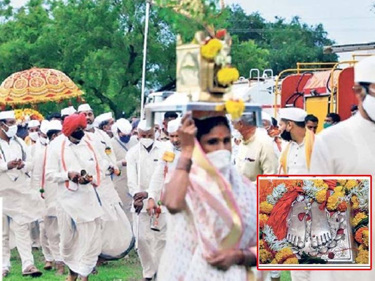 तुकाराम महाराजांची पालखी पंढरपुरात दाखल झाली. (इन्सेटमध्ये) तुकारामांच्या पादुका - Divya Marathi