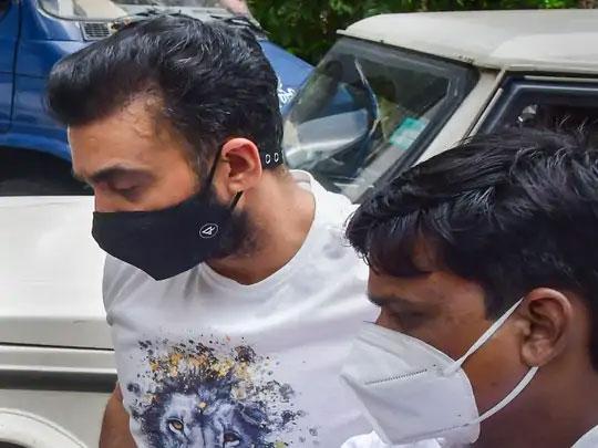 राज कुंद्राचे हे छायाचित्र त्याच्या अटकेनंतर न्यायालयात हजर करतानाच्या वेळी घेण्यात आले.