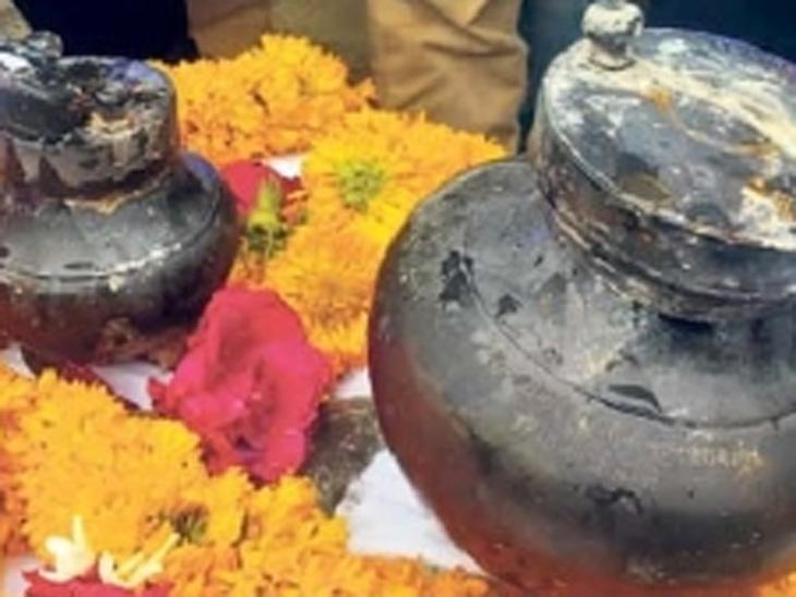 चाळीसगावात स्मारकाच्या नूतनीकरणात आढळले डॉ. बाबासाहेब आंबेडकर यांचे दोन अस्थिकलश|चाळीसगाव,Chalisgaon - Divya Marathi