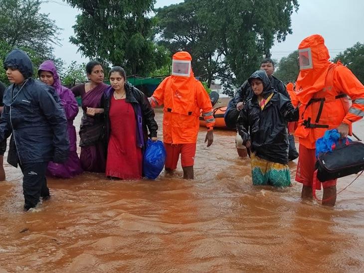 कोल्हापुरातील चिखली गावात बचाव करताना एनडीआरएफचे पथक...