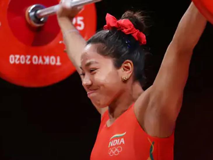 टोकियो ऑलिम्पिकच्या अंतिम स्पर्धेदरम्यान मीराबाई चानू...