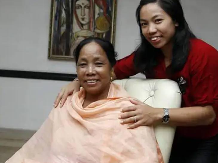 मीराबाई चानू आपल्या आईसोबत...