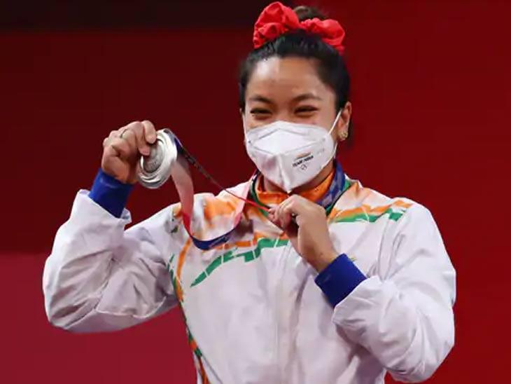 टोकियो ऑलिम्पिकमध्ये रौप्य पदकासह मीराबाई चानू.