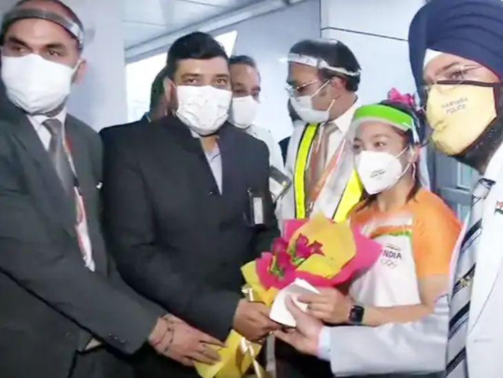 मीराबाई चानूचे दिल्ली एअरपोर्टवर जोरदार स्वागत, एअरपोर्ट स्टाफने भारत माता की जयच्या घोषणा दिल्या; गार्ड ऑफ ऑनर दिला देश,National - Divya Marathi
