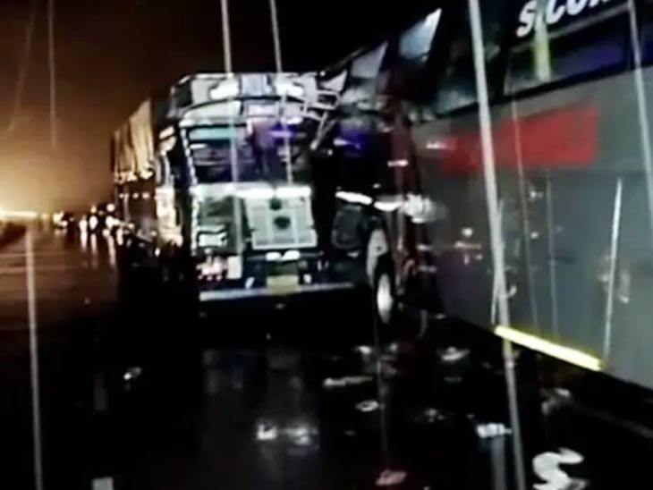 डबल डेकर बसला ट्रकने दिली धडक, 1 महिलासह 19 जणांचा मृत्यू; पंतप्रधानांनी आर्थिक मदतीची केली घोषणा देश,National - Divya Marathi