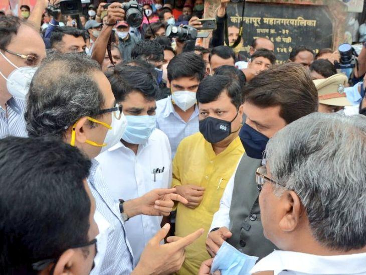 कोल्हापूर दौऱ्यावर असताना समोरासमोर आले मुख्यमंत्री उद्धव ठाकरे आणि विरोधीपक्षनेते देवेंद्र फडणवीस, दोघांमध्ये पूरपरिस्थितीवर झाली चर्चा|कोल्हापूर,Kolhapur - Divya Marathi