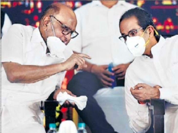 बीडीडी प्रकल्पाच्या शुभारंभावेळी कानगोष्टी करताना शरद पवार आणि मुख्यमंत्री ठाकरे. - Divya Marathi