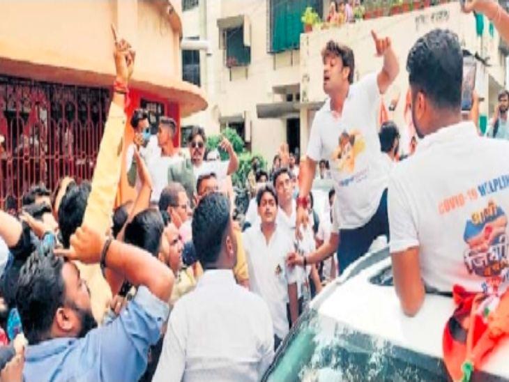 संघ मुख्यालयाजवळ घोषणाबाजी करताना काँग्रेस कार्यकर्ते. - Divya Marathi