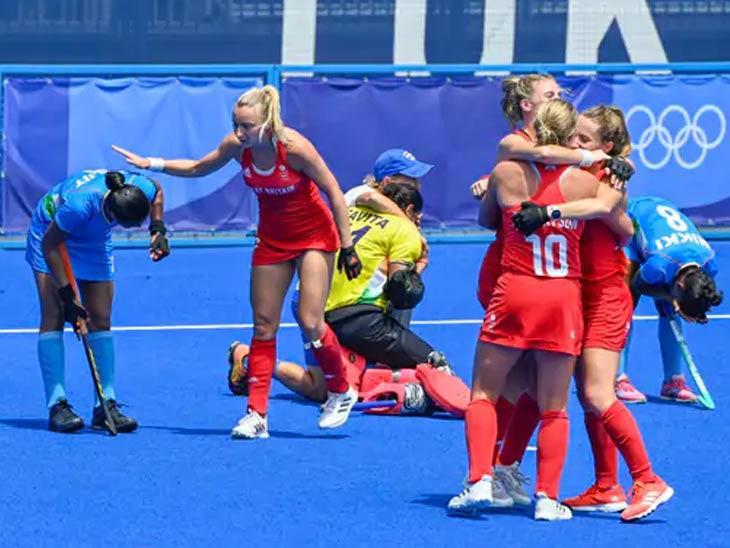 काही ब्रिटिश खेळाडू विजय सोहळा सोडून भारतीय खेळाडूंशी बोलत होते.