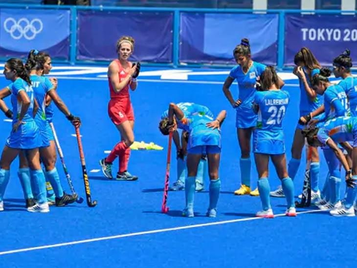 ब्रिटिश खेळाडूंनी भारतीय खेळाडूंच्या सन्मानार्थ टाळ्या वाजवल्या.
