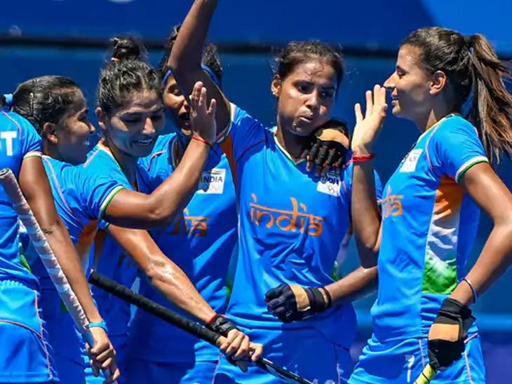 भारताची स्टार फॉरवर्ड वंदना कटारिया (मध्य) ने ऑलिम्पिकमध्ये एकूण 4 गोल केले.