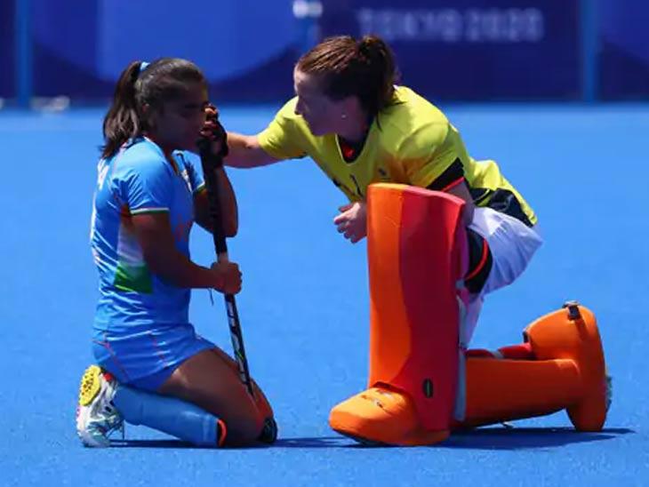 पराभवानंतर भारतीय खेळाडूला धीर देताना ब्रिटन खेळाडू.