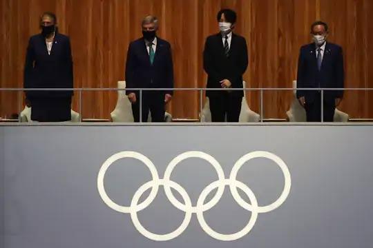 आंतरराष्ट्रीय ऑलिम्पिक समितीचे अध्यक्ष थॉमस बाख, जपानचे क्राउन प्रिन्स अकिशिनो आणि जपानचे पंतप्रधान योशीहिदे सुगा हेही समारोपाच्या कार्यक्रमादरम्यान आले.