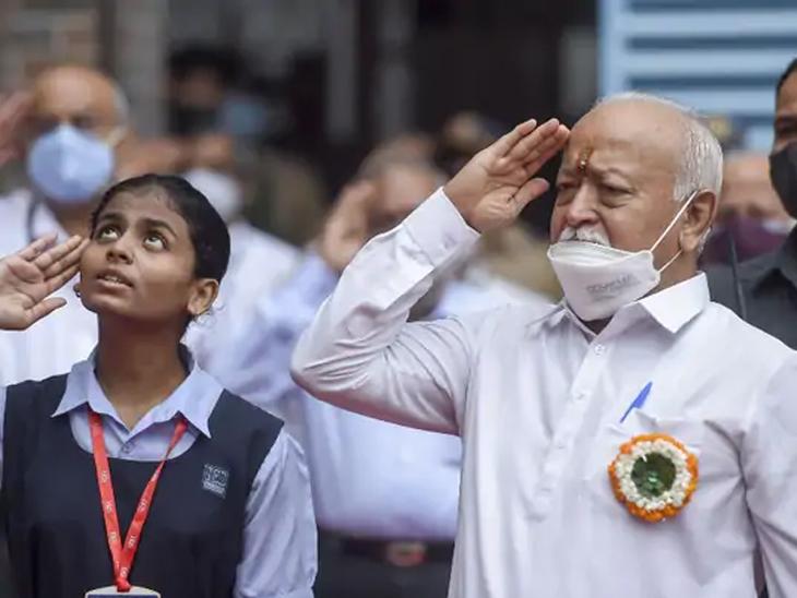 75 व्या स्वातंत्र्यदिनी मुंबईतील राजा शिवाजी हायस्कूलमध्ये तिरंगा फडकवल्यानंतर मोहन भागवत सलामी देताना