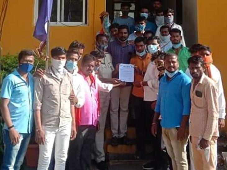 गोर सेना जिल्हाध्यक्ष सतीश पवार यांच्यासह संजय राठोड आदी. - Divya Marathi