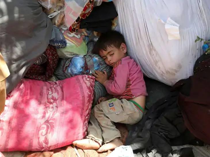 अफगाणिस्तानच्या उत्तर प्रांतात अफगाण सैन्य आणि तालिबान यांच्यातील युद्धातून बचावलेला एक मुलगा. हे चित्र काबूलमधील एका उद्यानाचे आहे.