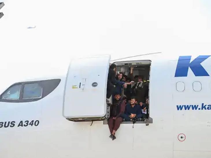 विमाने त्यांच्या क्षमतेपेक्षा जास्त लोकांना घेऊन जात आहेत. सोमवारी विमानाने उड्डाण करताच विमानातील तीन जण खाली पडले आणि त्यांचा मृत्यू झाला.
