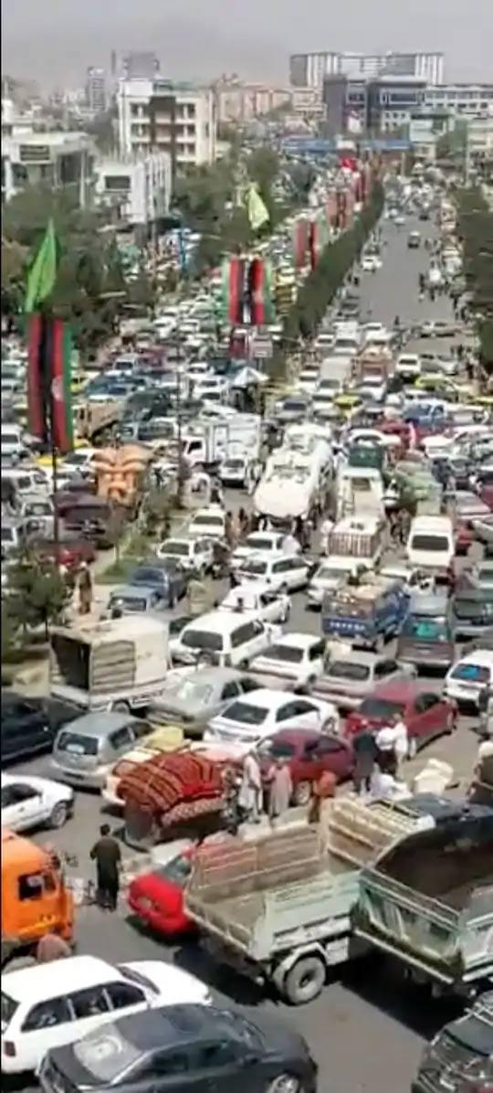 तालिबान सत्तेवर आल्यानंतर काबूलचे रस्ते वाहनांनी जाम झाले आहेत. हे चित्र सोशल मीडियावरून घेण्यात आले आहे.