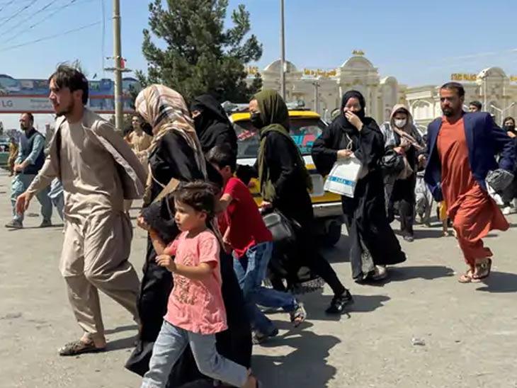 काबूलच्या हमीद करझई आंतरराष्ट्रीय विमानतळावर प्रवेश करण्यासाठी अफगाण लोकांनी गर्दी केली.