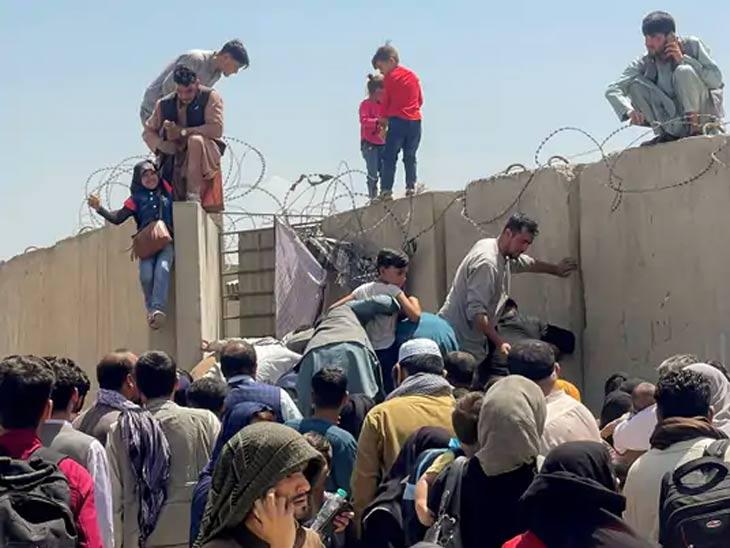 काबूल विमानतळाच्या भिंतीवर चढून लोक आत जाण्याचा प्रयत्न करत आहे. हजारो लोक येथे गर्दी केली आहे.
