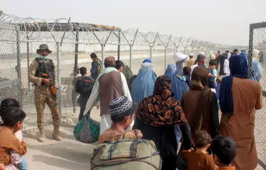 पाकिस्तान-अफगाणिस्तान सीमेवरील चमन या शहराच्या क्रॉसिंग पॉईंट फ्रेंडशिप गेटमधून जाताना अफगाणी लोक.