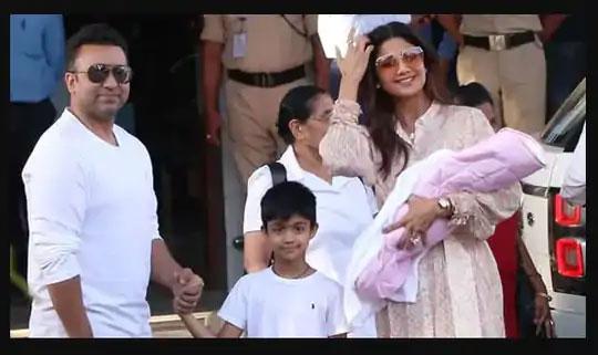 मुलगा वियान, मुलगी समीषा आणि पत्नी शिल्पा शेट्टीसोबत राज कुंद्रा.