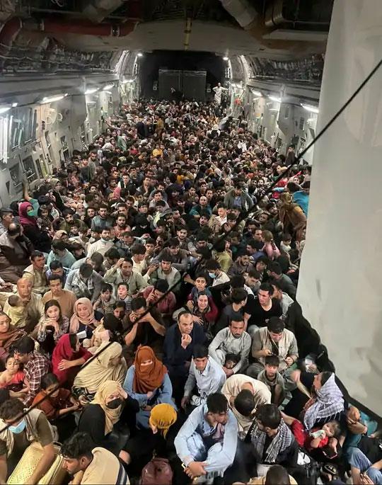 हे छायाचित्र 15 ऑगस्टचे आहे. अमेरिकेच्या हवाई दलाच्या सी -17 ग्लोबमास्टर III वाहतूक विमानात अफगाणिस्तानातून कतारकडे उड्डाण करणारे 640 लोक दिसत आहेत. एखाद्या बस स्थानकासारखे चित्र यावेळी विमानतळावर निर्माण झाले होते.