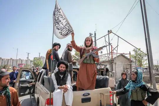 काबूलच्या रस्त्यावर तालिबानी दिसत आहेत.