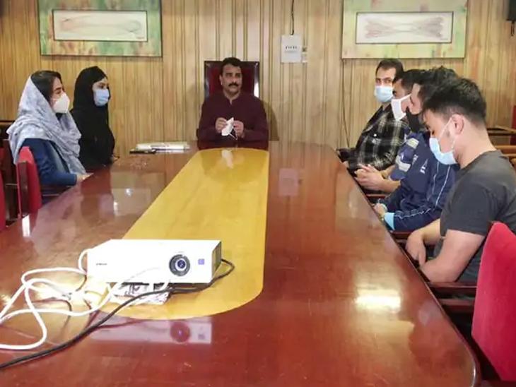 पुणे विद्यापीठात शिकणाऱ्या अफगाण विद्यार्थ्यांनी मंगळवारी येथे बैठक घेऊन भविष्यासाठी धोरण ठरवले.