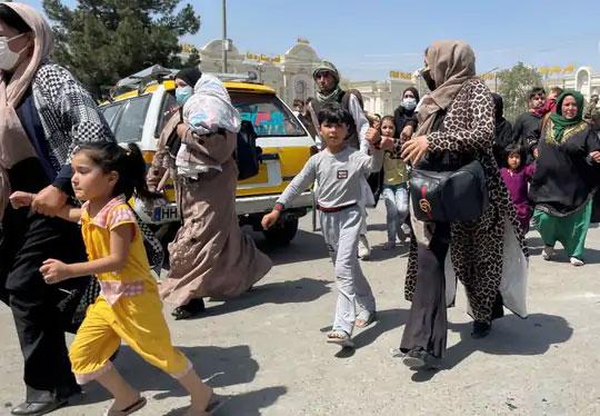 महिला आणि मुले काबुलमधील हमीद करझई आंतरराष्ट्रीय विमानतळावर प्रवेश करण्याचा प्रयत्न करताना दिसत आहेत.