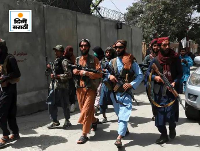काबुलच्या वजीर अकबर खान परिसरात बंदुक घेऊन गस्त घालणारे तालिबानी. तालिबानी वाहनांमध्ये रॉकेट लाँचर घेऊन जात आहेत.