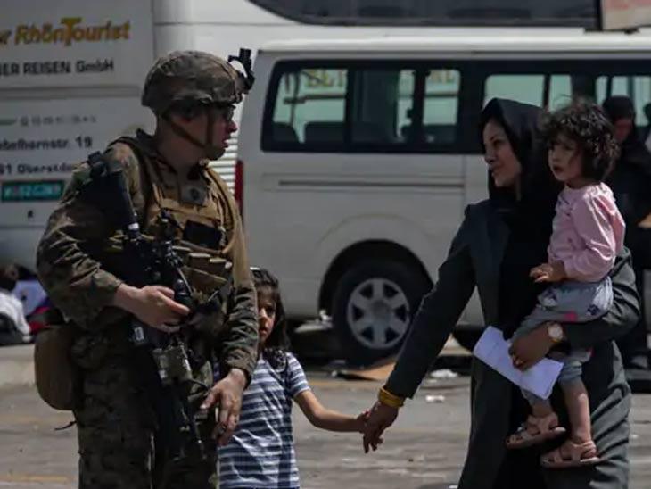 तालिबानची अत्यंत भीती वाटणारी अफगाण कुटुंबे अमेरिकन सैनिकांपर्यंत पोहचताच हसत आहेत.