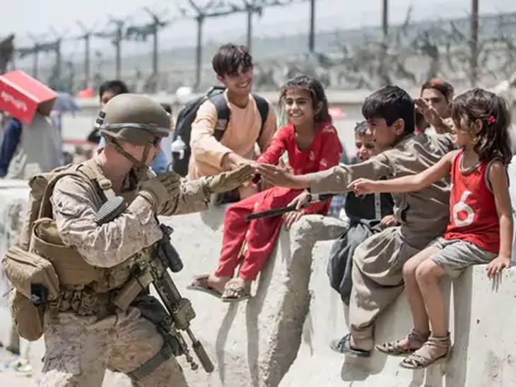अमेरिकन सैनिक काबूल विमानतळाच्या आत लोकांना नेण्यात गुंतले आहेत. दरम्यान, त्यांना वेळ मिळाला की अफगाणी मुलांसोबत खेळतानाही दिसत आहेत.