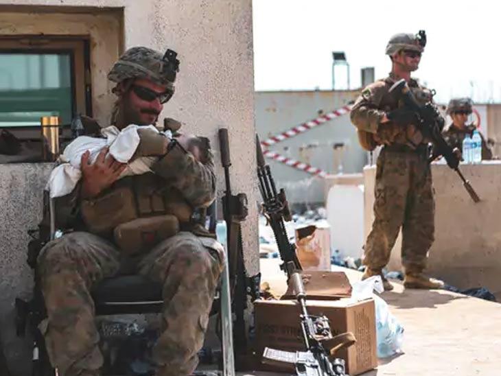 अनेक अफगाणी विमानतळाबाहेर अडकले आहेत, परंतु त्यांनी तालिबान्यांपासून सुरक्षित राहण्यासाठी त्यांच्या मुलांना अमेरिकन सैन्याकडे सुपूर्द केले आहेत. अमेरिकन सैनिक नवजात बाळाचा सांभाळ करतानाचा फोटो.