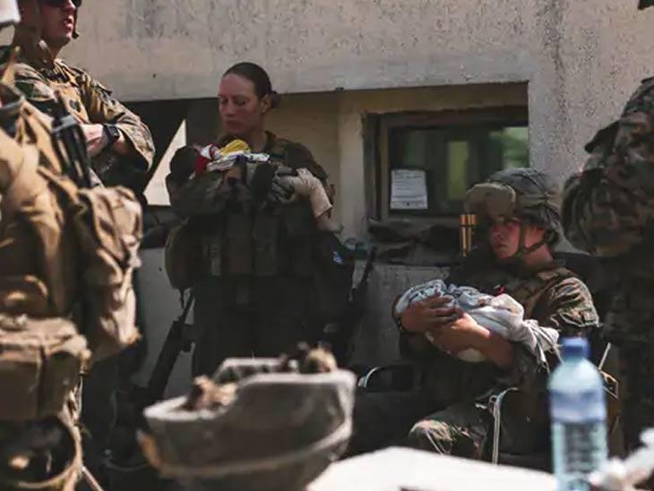 महिला सैनिक विमानतळावरील परिस्थितीवर लक्ष ठेवून आहेत. याचबरोबर अफगाण मुलांची काळजीदेखील घेत आहेत. मुलांच्या खाण्यापिण्यापासून ते औषधांपर्यंत काळजी घेतली जात आहे.