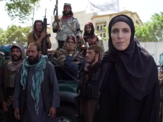 अफगाणिस्तान ताब्यात घेतल्यानंतर तालिबानने महिला मीडिया कर्मचा-यांवर हिजाब घालण्यासाठी दबाव टाकला जात असल्याच्या बातम्याही आल्या आहेत.