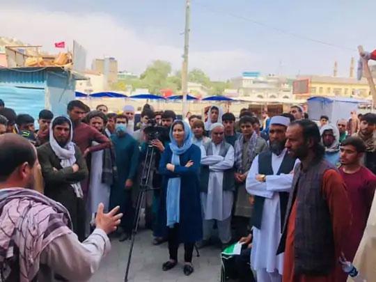 ही महिला टोलो न्यूजची पत्रकार आहे. तालिबान्यांनी पकडल्यानंतरही टोलो न्यूजच्या महिला पत्रकार बाहेर पडून काम करत आहेत.