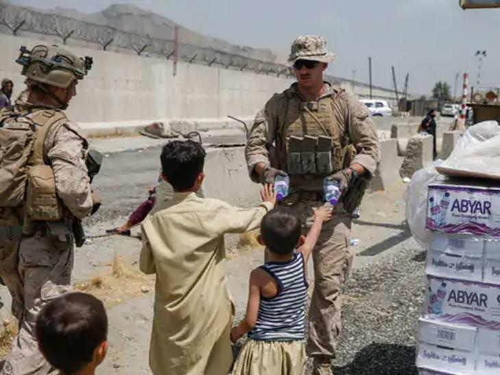 तालिबान्यांचा प्रचंड भीती वाटणारी अफगाण मुले अमेरिकन सैनिकांच्या सावलीत सुरक्षित वाटू लागली आहेत. कोणताही संकोच न करता त्यांच्याकडून अन्न आणि पेय घेत आहेत.