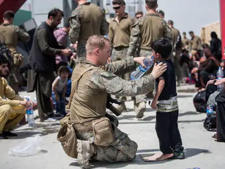 अमेरिकन सैनिक फक्त मुलांना मदत करत नाहीत तर त्यांना स्वतःच्या हाताने पाणी देत आहेत.