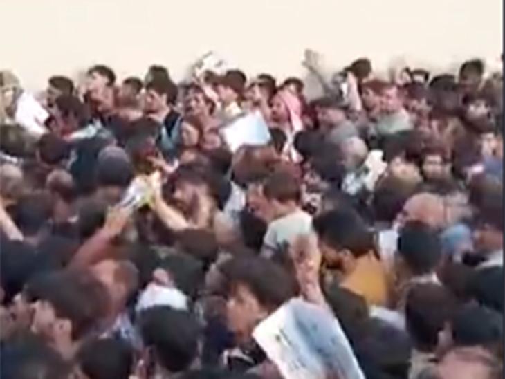 काबूल विमानतळावर असलेल्या गर्दीच्या व्हिडिओतून घेतलेला स्क्रीनशॉट. - Divya Marathi
