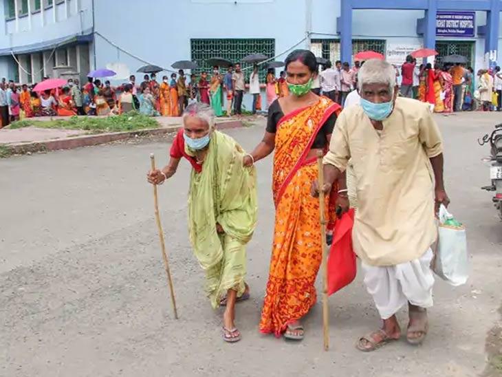 हा फोटो पश्चिम बंगालच्या दक्षिण दिनाजपूर जिल्ह्यातील आहे. बालुरघाट जवळील शासकीय रुग्णालयात कोरोना लसीकरणासाठी मोठ्या संख्येने लोक येथे आले होते. - Divya Marathi