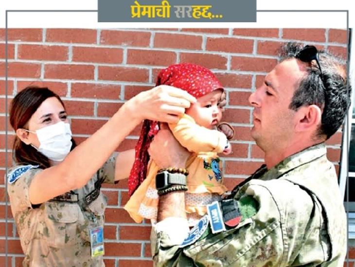 छायाचित्र काबूल विमानतळाचे आहे. येथील गडबडीत दोन महिन्यांची निष्पाप हादिया रहेमानीची आईपासून ताटातूट झाली. आता तुर्कीश लष्करातील सैनिक हादियाचा आई-वडील होऊन सांभाळ करत आहेत. - Divya Marathi