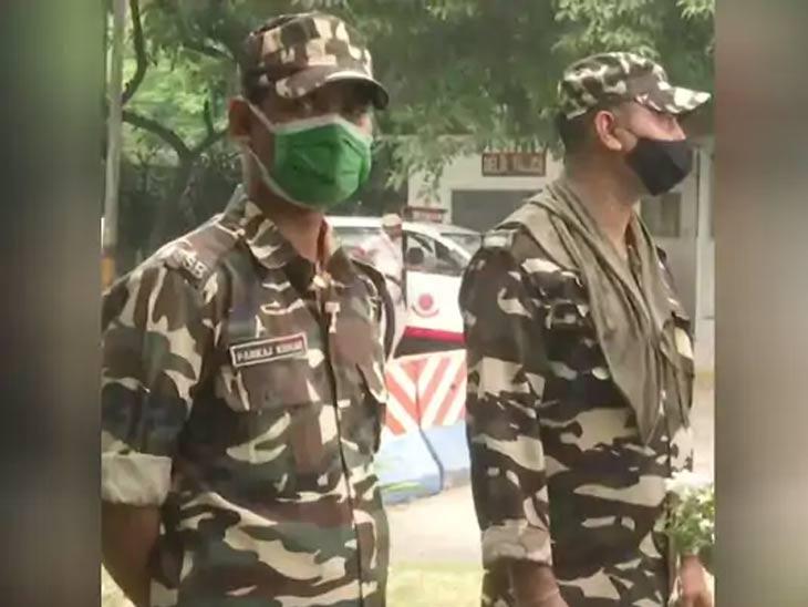 सुरक्षा दलाचे जवान दिल्लीतील अफगाणिस्तान दूतावासाच्या बाहेर उभे आहेत.