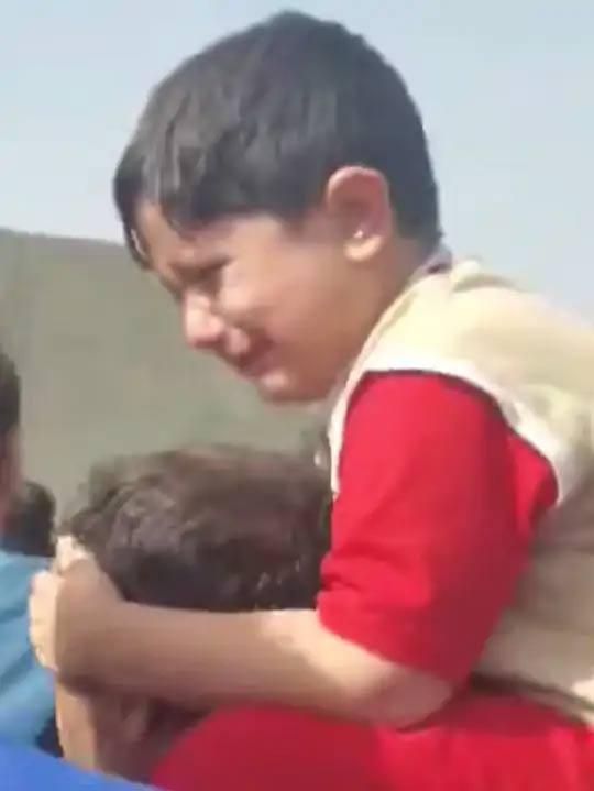 काबुल विमानतळावरील गर्दीमध्ये वडिलांच्या खांद्यावर बसलेला हा मुलगा तेंव्हा घाबरला जेव्हा सुरक्षा दलांनी जमावाला पांगवण्यासाठी हवेत गोळीबार केला.