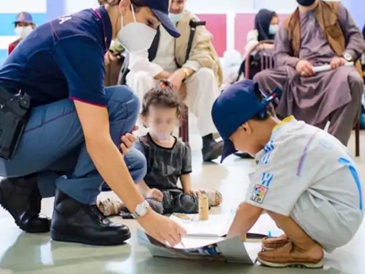 इटलीच्या फ्युमिसिनो विमानतळावर आलेल्या अफगाण मुलांनी तेथे उपस्थित पोलीस कर्मचाऱ्यांशी मैत्री केली. ड्युटी करण्याबरोबरच पोलीस कर्मचारी अफगाणी मुलांसोबत खेळतानाही दिसत आहेत.