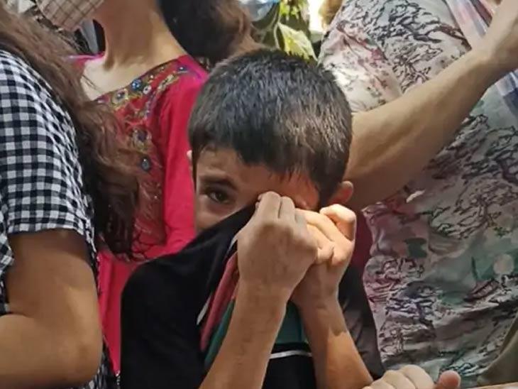 9 वर्षीय मोहम्मद खालिद बोलता बोलता रडू लागला. त्याच्या वडिलांना काम मिळत नसल्याने संध्याकाळी काय खावे? असा प्रश्न पडत असल्याचे तो म्हणाला.
