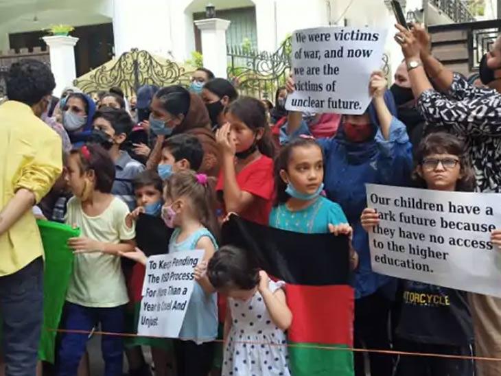 अफगाणांच्या या निदर्शनात मोठ्या संख्येने महिला आणि लहान मुलेही सहभागी झाले होते.
