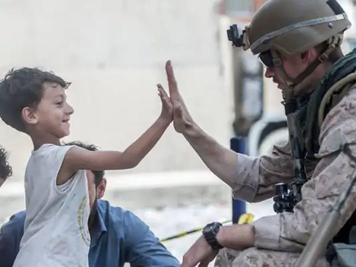 काबूल विमानतळावरील तणावपूर्ण परिस्थितीमध्ये अमेरिकन सैनिक मुलांना त्रास होऊ देत नाहीत. वेळ मिळाल्यावर ते मुलांसोबत खेळतानाही दिसतात.