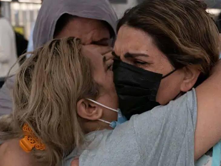 एक अमेरिकन महिला काबुलहून व्हर्जिनियामधील वॉशिंग्टन आंतरराष्ट्रीय विमानतळावर पोहचली. दरम्यान, तीला आपले नातेवाईक दिसताच मिठी मारुन रडत होती.