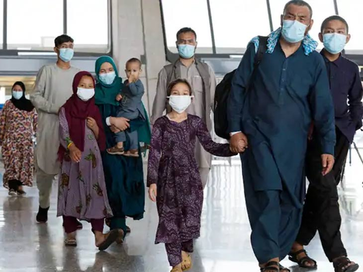 तालिबानच्या भीतीने काबूल सोडल्यानंतर अफगाणी लोक सुटकेचा श्वास घेत आहेत. हा फोटो व्हर्जिनियामधील वॉशिंग्टन आंतरराष्ट्रीय विमानतळावर आलेल्या एका अफगाण कुटुंबाचा आहे.